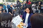 昨早8時公關端出數盒雞尾包和菠蘿包,稱是「郭生為大家準備」,着記者不要客氣。(陳冬綾攝)