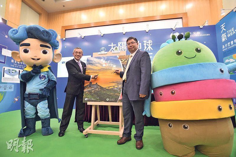 天文台長岑智明(左二)及漁護署長梁肇輝(右二)在天文台吉祥物「度天隊長」(左一)及漁護署吉祥物「B仔」(右一)陪同下,昨在天文台尖沙嘴總部主持《氣候變化與香港生物多樣性》新書發布會。岑智明表示,新書主要透過相片,讓讀者了解氣候變化的禍害,期待新書帶出的信息能提醒市民以實際行動緩減氣候變化,保護生物多樣性。(楊柏賢攝)