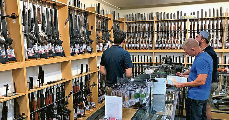 新西蘭總理阿德恩頒布臨時措施,禁止民眾在新槍管法例生效前購入軍用槍械,避免有人趁機購買這些槍支。圖為基督城一間槍店周二營業情况。(路透社)