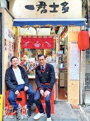 古天樂(右)牙齒當金使,光顧鄧一君(左)的車仔麵店,兩人在店外閒坐拍照留念。(網上圖片)