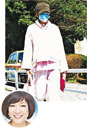 日媒偷拍堀智榮美穿著病人服,在醫院外散步的她,精神尚算不俗。