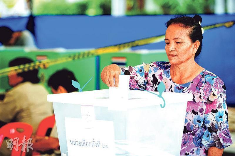 泰國今日舉行大選,圖為一名女子上周在曼谷市郊的票站提前投票。外界估計,今屆大選總體投票率可高達九成。(新華社)
