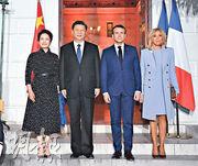 習近平昨天抵達法國尼斯,展開歐洲3國最後一站的行程。圖為習近平、夫人彭麗媛(左二、一)和法國總統馬克龍及夫人布麗吉特(右二、一)合影。(新華社)
