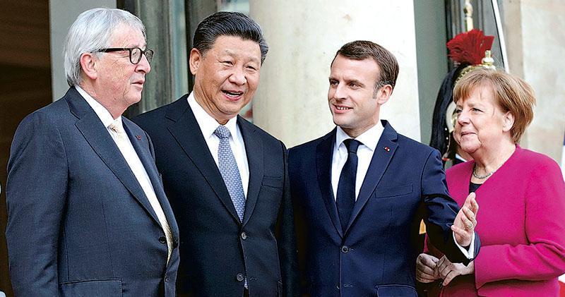 國家主席習近平(左二)在法國最後一天訪問再到愛麗榭宮,與法國總統馬克龍(右二)、德國總理默克爾(右一)及歐盟委員會主席容克(左一)會談。圖為4人在愛麗榭宮前合影。(路透社)