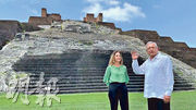 墨西哥總統洛佩斯(右)周一在科馬爾卡爾科的瑪雅金字塔拍下影片,表示已去信西班牙國王和教宗,要求為殖民道歉。(影片截圖)