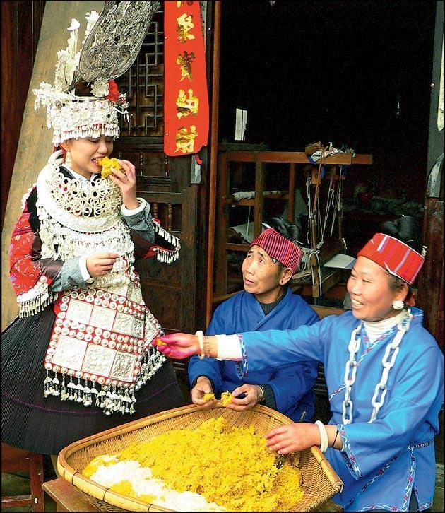 苗族姑娘的家人為其準備姊妹飯,將糯米染上顏色,圖中的黃色象徵五穀豐登。(受訪者提供)