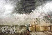 不同天氣現象會出現不同聲音,有些人聽不到的稱為「次聲」,這些次聲對分析大氣結構很有幫助呢!圖為2018年超級颱風山竹襲港期間,杏花邨海旁情形。(資料圖片)