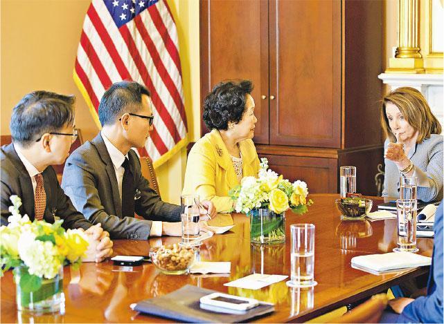 美國眾議院議長佩洛西(右一)昨日在華盛頓與香港2020召集人陳方安生(右二)、立法會議員郭榮鏗(左二)及莫乃光(左一)會面。與會者引述佩洛西,指她和美國政界都普遍認為近年北京對本港事務的干預日益加劇,令一國兩制情况急速轉差。(公民黨提供)