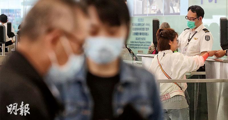 本港機場持續爆發麻疹,不少在機場工作的人員及旅客都戴上口罩。有醫生指出,麻疹經空氣傳播,一般手術口罩未必可以百分百防護,只是比沒戴口罩好一點。(李紹昌攝)