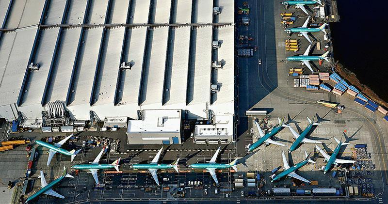 大量待交付的波音737 MAX飛機21日停泊在位於美國華盛頓州倫頓市波音工廠停機坪上。本月10日埃塞俄比亞航空一架同型號飛機失事,157人罹難,逾50個國家和地區相繼頒布禁飛令。波音近日宣布,將在近期完成事發機型最新軟件更新,將提供更新版本的機師訓練課程,並與多個客戶接洽退訂問題。(路透社)