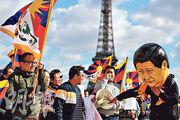 圖為25日,國家主席習近平訪法期間,有關注西藏的示威人士在巴黎示威。(法新社)