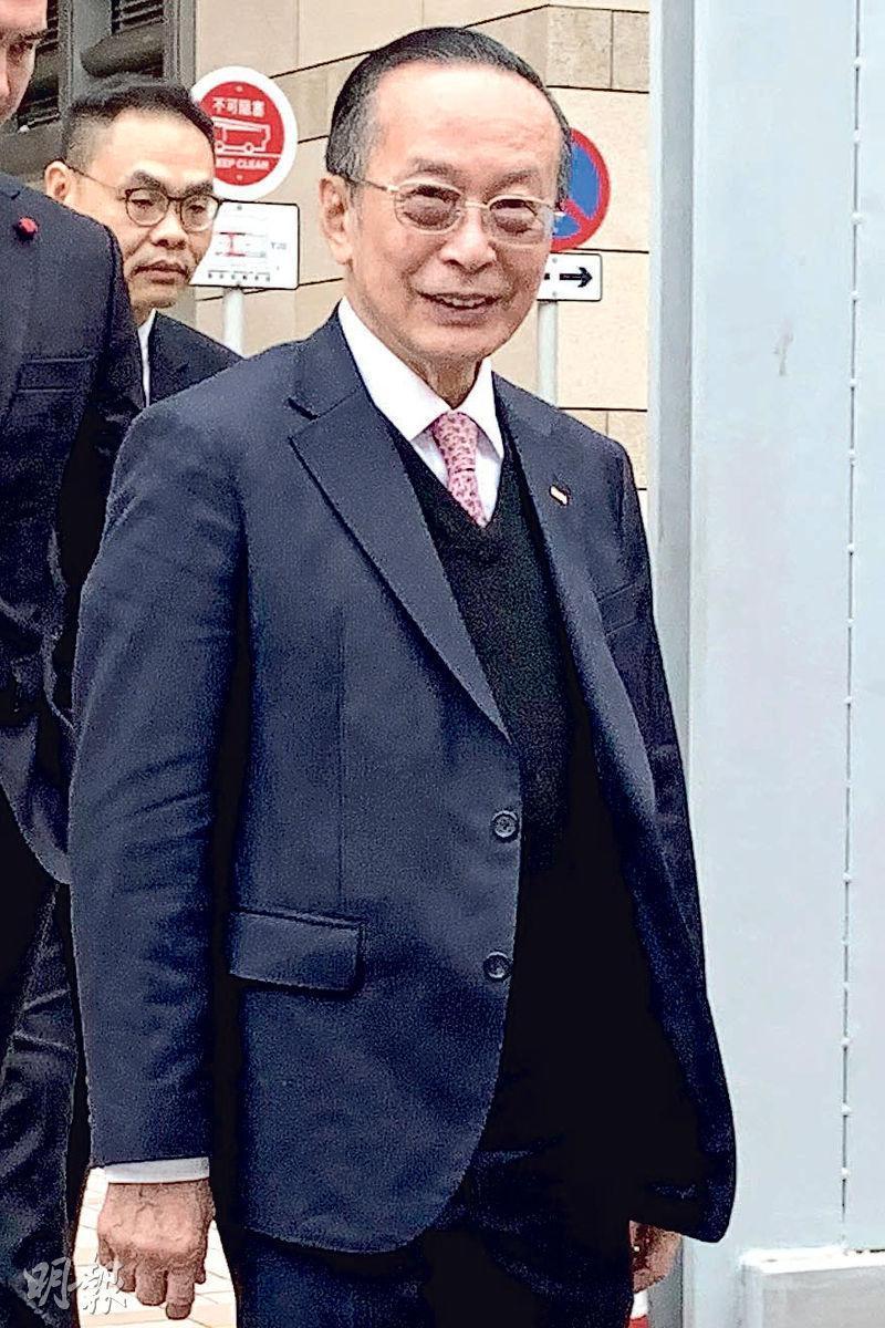 潘樂陶(中)昨在控辯雙方結案陳辭後離開法院。(戴晴曦攝)