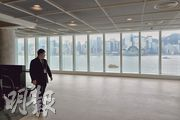 在尖沙嘴的香港藝術館坐享維港景色,有別翻新前採用茶色格仔玻璃窗,翻新後換上落地玻璃,令維港成為「展品」之一。(楊柏賢攝)
