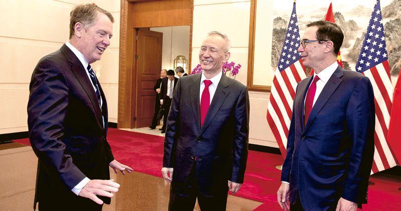 中美第八輪貿易談判昨日在北京結束,雙方會後未有即時公布談判進展。圖為昨日談判前,中方代表副總理劉鶴(中)在釣魚台國賓館歡迎美國貿易代表萊特希澤(左)和財長梅努欽(右),3人談笑甚歡。(路透社)
