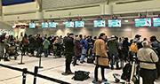 冰島廉航WOW air突然停業,大批旅客受到影響。該航空公司周三已取消多個航班,在多倫多機場大批旅客等候班機信息。(路透社)