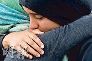 新西蘭基督城約2萬人周五出席為本月中清真寺恐襲案死者舉行的悼念集會,一名穆斯林女子感觸落淚。(法新社)