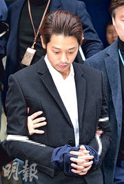 一臉憔悴的鄭俊英,昨日被警方押送至檢察院,最多可以扣查20日。