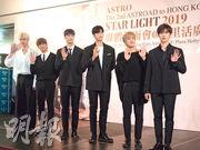 韓國男團Astro成員產賀(左起)、MJ、文彬、銀優、Jin Jin及Rocky,昨日來港出席宣傳活動,為今日舉行演唱會造勢。