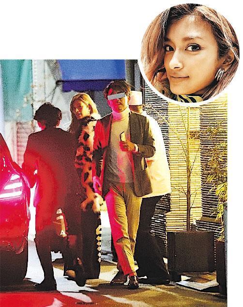 Rola跟日本富商撐枱腳後,然後登上名貴房車離去。