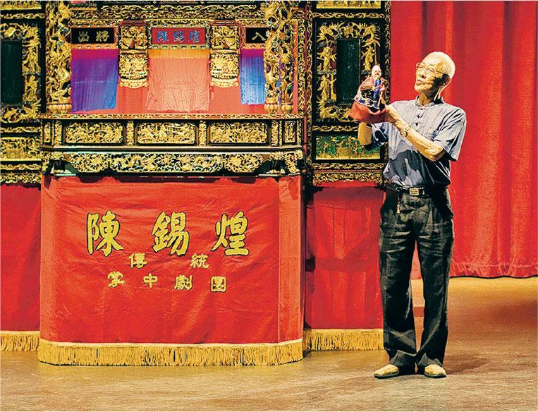 陳錫煌曾獲台灣文化部「重要傳統藝術保存者」(布袋戲類)的肯定。(受訪者提供)