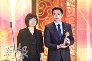 世界華文媒體集團執行董事張聰(左)向網球名將張帥頒獎,由於張在美國參賽,由國家隊領隊呂亮代領。(鄭海龍攝)