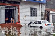 去年9月,超強颱風「山竹」致廣東多地出現水浸。圖為去年9月17日,廣東江門民眾的汽車被泡在積水裏。(資料圖片)