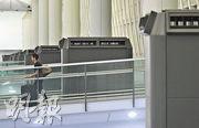 機管局表示,自收到首宗有關機場員工感染麻疹個案的通知後,已在客運大樓範圍加強通風系統;其中設於1號客運大樓入口的多部冷氣抽風系統,據了解機管局會進一步加強系統的風力,以確保空氣流通。(鄧宗弘攝)