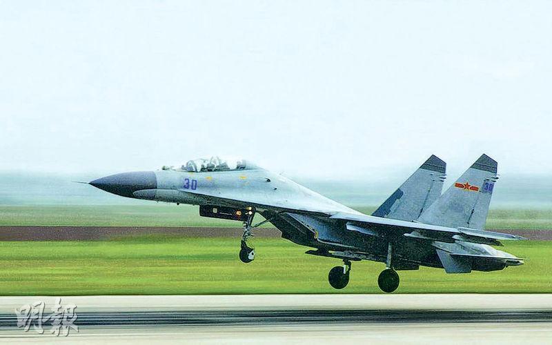 圖為越過台灣海峽中線同款殲11戰機。(網上圖片)
