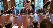 美國總統特朗普(右三)及副總統彭斯(左四)連同其行政團隊,周二在白宮內閣室與北約秘書長斯托爾滕貝格會面。(路透社)