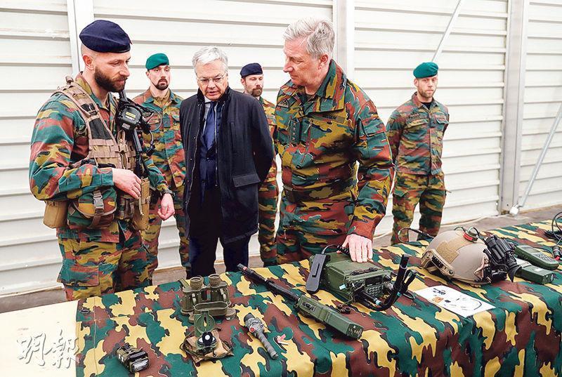 比利時國王菲利普(前右)和防長賴恩德斯(前中)周二到訪位於愛沙尼亞的北約基地,視察軍備。(路透社)