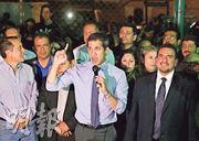 委內瑞拉「臨時總統」瓜伊多(中)周二在首都加拉加斯舉行記者會。(路透社)