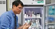 家庭醫生林永和說,本周一起診所已無麻疹疫苗,上周向藥廠訂貨,昨仍未有貨到,現有逾200人輪候打針,不少準備在復活節假去旅行。他建議在現時疫苗缺貨下,市民可先到診所抽血驗抗體。(鄧宗弘攝)
