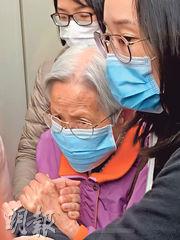 據了解,容偉業的家人曾到收押所探望,惟因不願被傳媒追訪,故一直沒到庭旁聽,只有其93歲祖母昨首次到庭,與孫子隔着犯人欄對望。(戴晴曦攝)