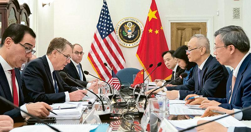 中美第九輪高級別經貿磋商周三起在華盛頓舉行。圖為國務院副總理劉鶴(右二)、央行行長易綱(右一)與美國貿易代表萊特希澤(左二)、財長梅努欽(左一)談判情况。(網上圖片)