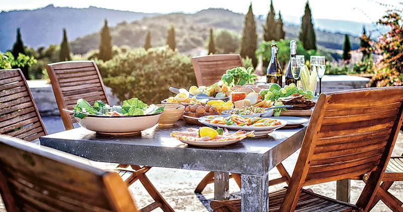 「地中海式飲食」多吃蔬菜、水果、海鮮、豆類、堅果類食物,被視為較健康之選。(網上圖片)