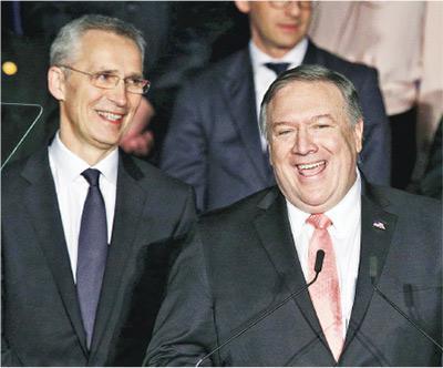北約秘書長斯托爾滕貝格(左)跟美國國務卿蓬佩奧(右),周三在華盛頓出席北約70周年活動。(法新社)