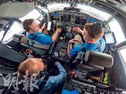 波音提供的照片顯示,波音行政總裁米倫伯格(左下)周三親自參與737 MAX 7飛機的試飛,以測試更新後的MCAS系統。(法新社)