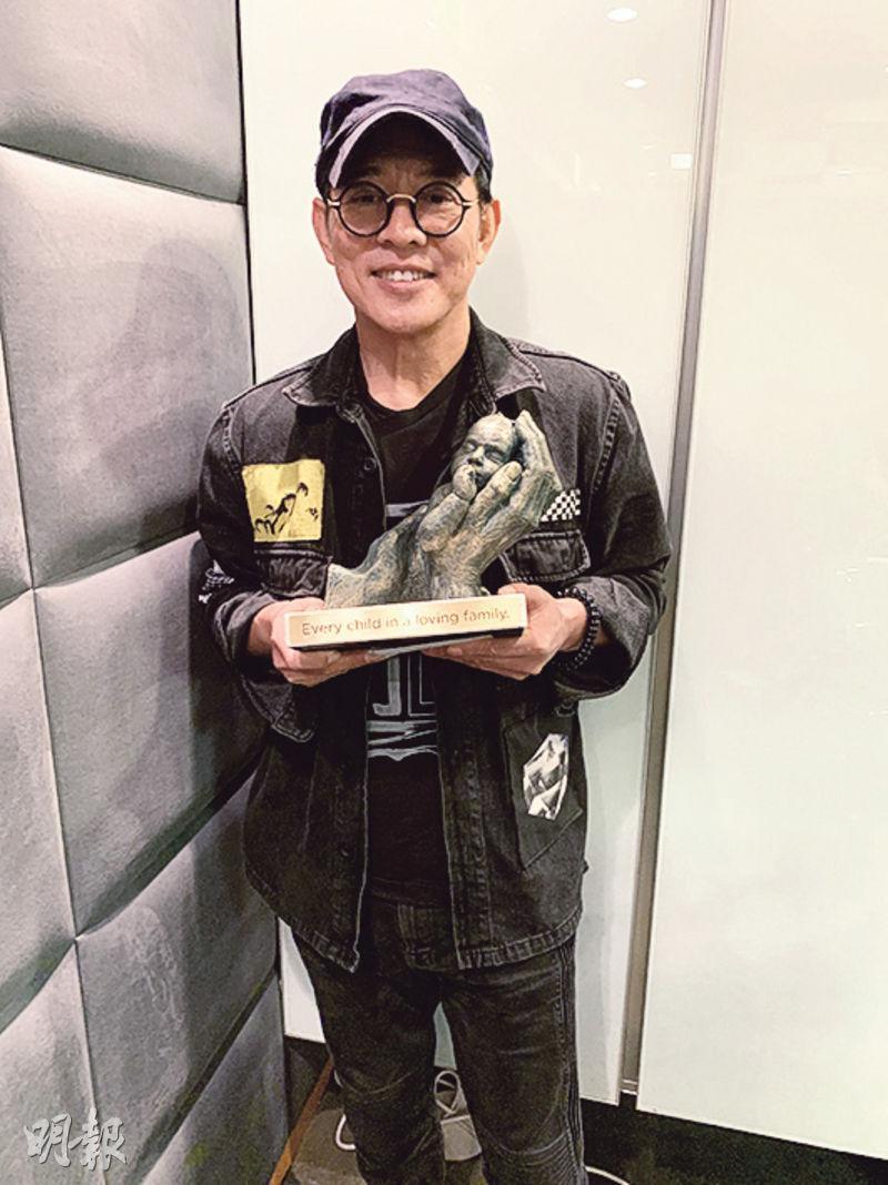 李連杰捐贈100萬款項予「母親的抉擇」,獲回贈名為My First Dream的雕塑。