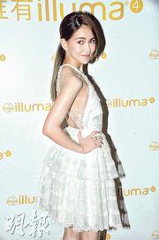 昆凌昨日穿白色露背喱士短裙現身,獲粉絲大讚靚女。(攝影:劉永銳)