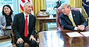 美國總統特朗普(右)周四在橢圓形辦公室會見中國副總理劉鶴(左二),稱美中談判進展順利,可望在未來4周得知結果,又稱期待與中國國家主席習近平舉行「簽約峰會」。(法新社)