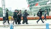 東莞警方在下午1時左右清場,多名不肯離開的示威者遭抬走。(網上圖片)