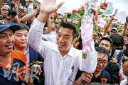 泰國反軍方的「未來前進黨」領袖他納通周六被控煽動叛亂罪,他隨即到曼谷一間警署報到,其間獲大批支持者在場外聲援。(路透社)
