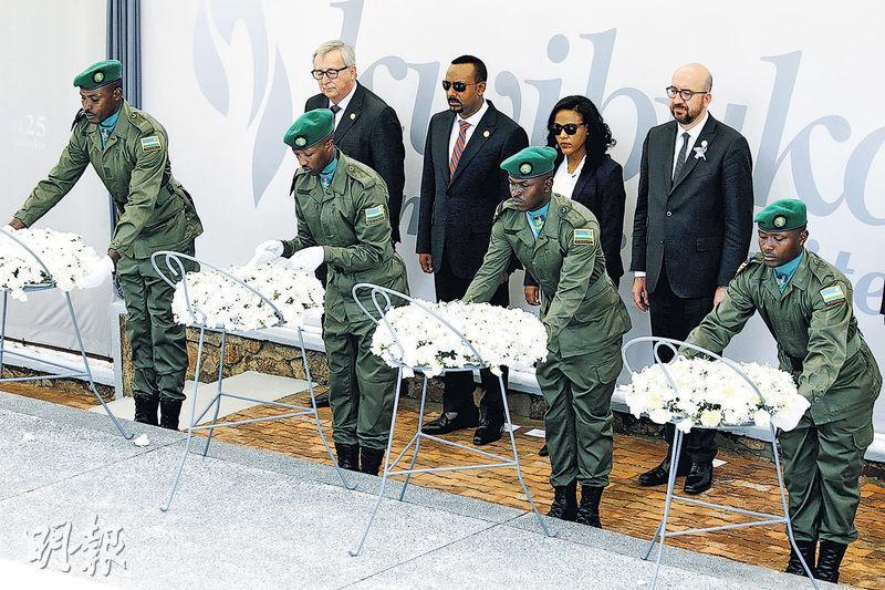 歐盟委員會主席容克(後排左一)、埃塞俄比亞總理艾哈邁德(後排左二)及比利時首相米歇爾(後排右一),昨在盧旺達首都基加利出席紀念大屠殺的儀式。(路透社)