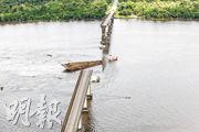莫茹河的跨河大橋上周六被撞後斷裂,約二百米的橋體坍塌跌入河。(路透社)