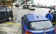 被刑毁車輛停泊的水泉澳邨路段屬雙黃線,各車均違例停泊行人路上。有車的水撥被弄斷(紅圈示)。(蔡方山攝)