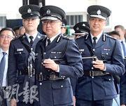 警務處長盧偉聰(中)昨日出席警察學院結業會操,他見傳媒時表示,希望立法會可盡快討論「窺淫罪」立法。(李紹昌攝)