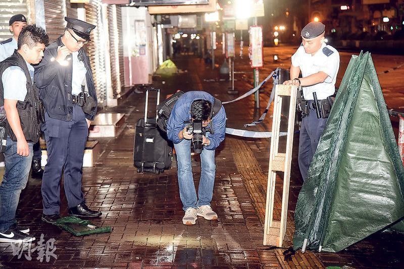 槍擊案發生後,警方封鎖一段長沙灣道行人路調查及蒐證,又拍照存檔。(蔡方山攝)
