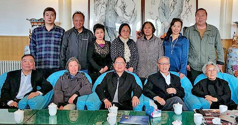 在北京胡耀邦故居,胡耀邦三子胡德華(前中)12日與前新聞出版署長杜導正(前右二)等親友,舉行小型私人追思會。(網上圖片)