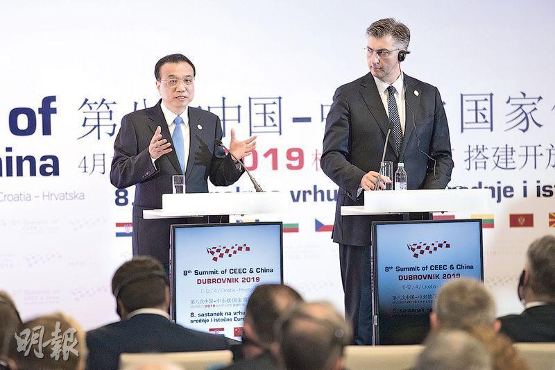 第八次中國-中東歐國家領導人會晤後,國務院總理李克強(左)前日同東道國克羅地亞總理普連科維奇會見記者。李克強表示,16+1合作會遵循歐盟法律和規則。(新華社)
