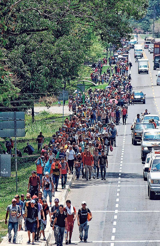 試圖進入美國的中美洲人群絡繹不絕,圖為約有350人的中美洲移民隊伍上周五越過危地馬拉及墨西哥的邊境,進入墨西哥南部。(法新社)